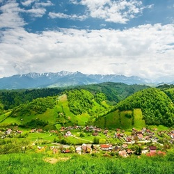 Пазл онлайн: Поселок у зеленых гор