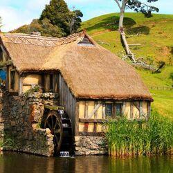 Пазл онлайн: Мельница в деревне хоббитов