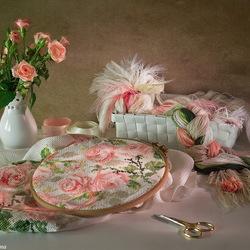 Пазл онлайн: Натюрморт с розами и вышивкой