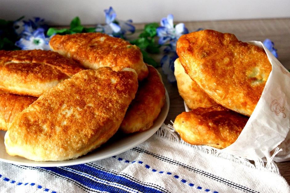 Как приготовить жареные на сковороде пирожки из зелёного лука с фото