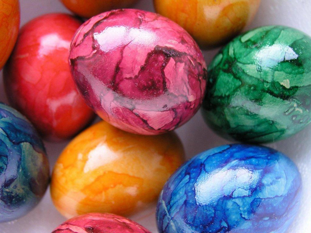Яйца на пасху красить