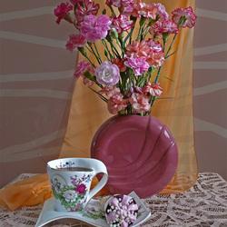 Пазл онлайн: Гвоздики в круглой вазе
