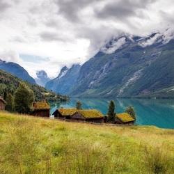 Пазл онлайн: Домики у гор
