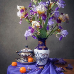 Пазл онлайн: Натюрморт с букетом садовых ирисов