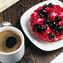 Пазл онлайн: Кофе и ягодное пирожное