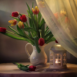 Пазл онлайн: Тюльпаны и фонарь