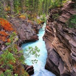 Пазл онлайн: Водопад между скал