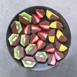 Пазл онлайн: Фрукты в шоколаде