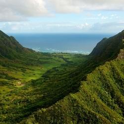 Пазл онлайн: Зеленые горы у моря
