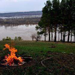 Пазл онлайн: Костер у реки