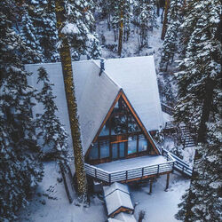 Пазл онлайн: Домик в зимнем лесу