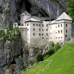 Пазл онлайн: Замок в скале. Словения