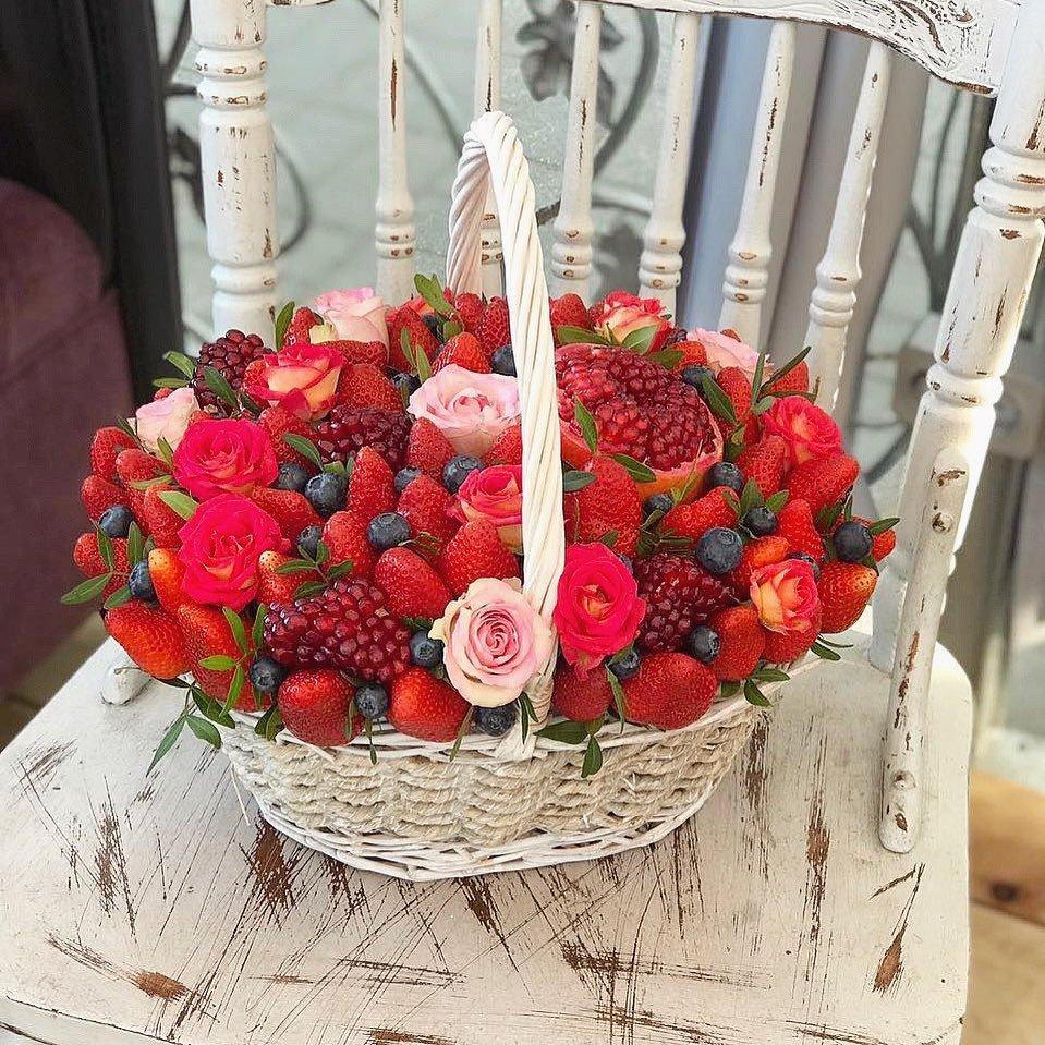 полудрагоценный корзина с ягодами и цветами фото думал занимать