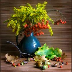Пазл онлайн: Цветочный букет с рябиной и желудями