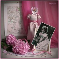 Пазл онлайн: Девочка с розовой гортензией