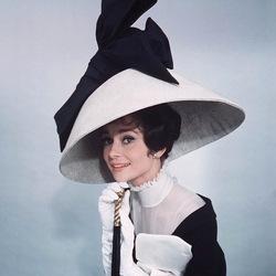 Пазл онлайн: Одри Хепберн и её шляпы