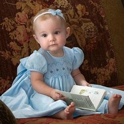 Пазл онлайн: Девочка с книжкой