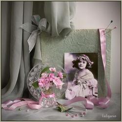Пазл онлайн: Девочка с розовыми фиалками