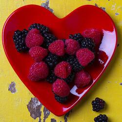 Пазл онлайн: Красная тарелка в виде сердца и малина