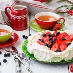 Пазл онлайн: Чаепитие с ягодным тортиком