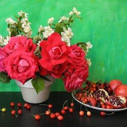Пазл онлайн: Натюрморт с алыми розами