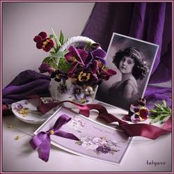 Пазл онлайн: Натюрморт с фото в фиолетовых тонах