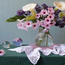 Пазл онлайн: Цветы и стеклянные шары