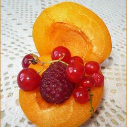 Пазл онлайн: Абрикос и ягоды