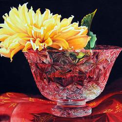Пазл онлайн: Желтый георгин в хрустальной вазе