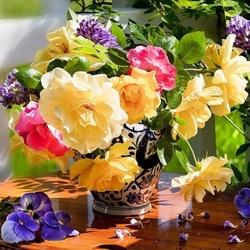 Пазл онлайн: Розы и виолы