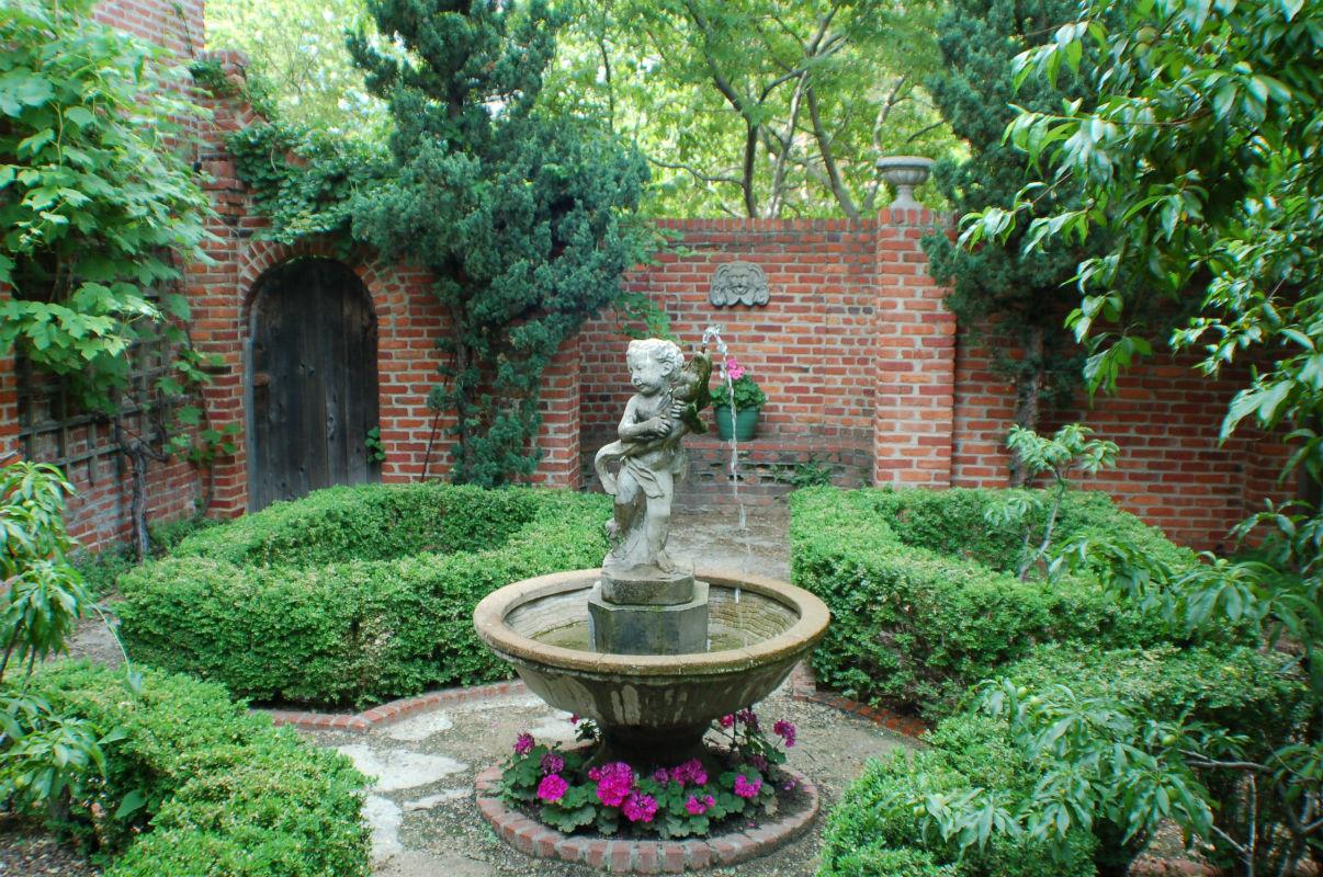 еще английский сад фото скульптуры в патио валакаса есть своя