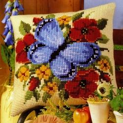 Пазл онлайн: Думка с вышитой бабочкой