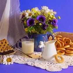 Пазл онлайн: Молоко с сушками и маковым пирогом