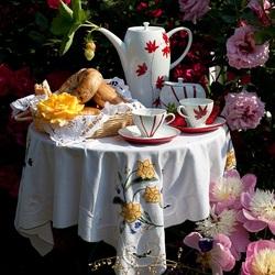 Пазл онлайн: Завтрак в саду