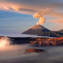 Пазл онлайн: Вулкан над облаками