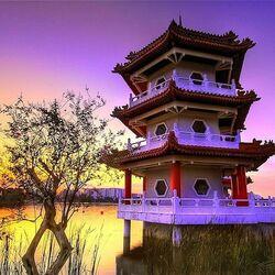 Пазл онлайн: Пагода в лучах заката