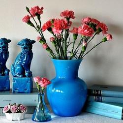 Пазл онлайн: Румяные гвоздики в синем