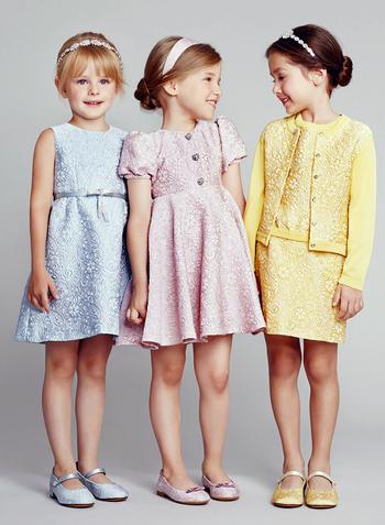 На фото модели демонстрируют детскую моду 2014