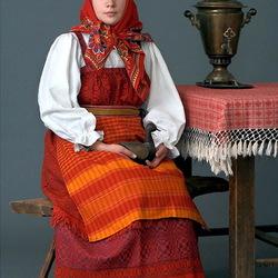 Пазл онлайн: Молодая женщина в русском костюме