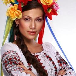 Пазл онлайн: Девушка в украинском костюме