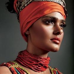 Пазл онлайн: Девушка в ярком ожерелье