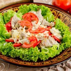 Пазл онлайн: Мясной салат с помидорами