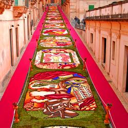 Пазл онлайн: Фестиваль цветов в Ното, Сицилия