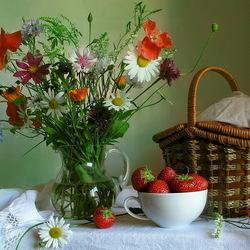 Пазл онлайн: Полевые цветы и клубника