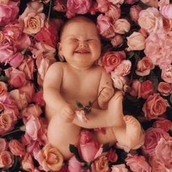 Пазл онлайн: Малыш на цветочном ковре