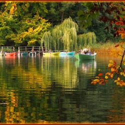 Пазл онлайн: Рыбацкие лодки на озере