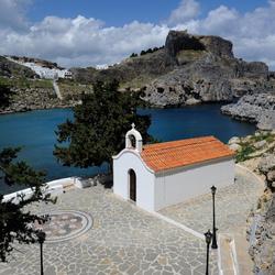 Пазл онлайн: Небольшая церковь у моря в Греции